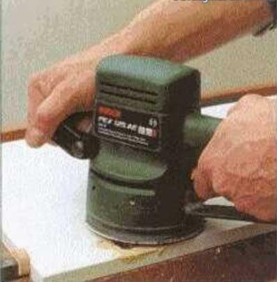 Шлифовать заделанное герметиком отверстие в мебели