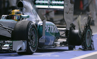 Vůz F1 po proražení levé zadní pneumatiky