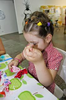 ребенок с иголкой