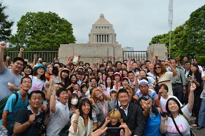 山本太郎さんと応援団の集合写真