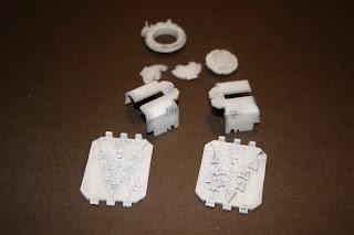 imprimado de compuertas, barquillas y escotilla del Land Raider con Gris de Vallejo Primer Surface.