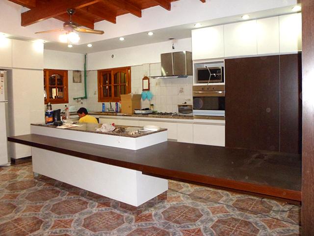 Remodelaci n cocina isla mesa columna y estudio for Isla de cocina con mesa