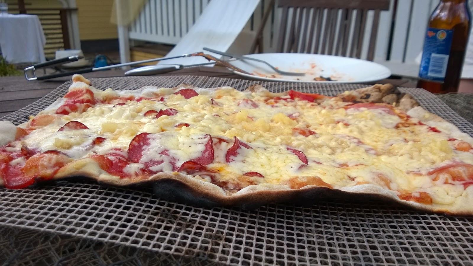 Jösses mikä pizza valmistuu grillissä!