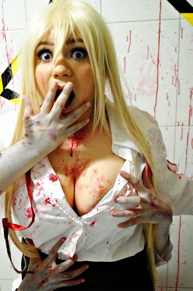 cosplay jeune femme blonde à forte poitrine attaquée par des bras zombies