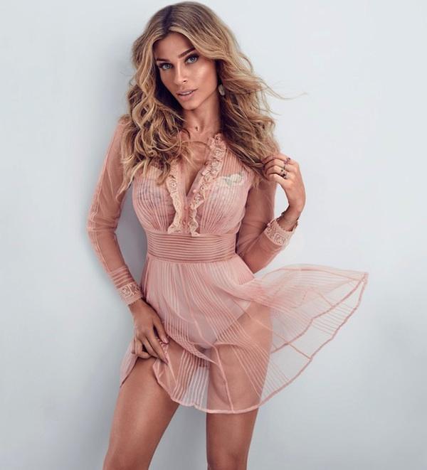 Grazi usa vestido transparente para foto em revista