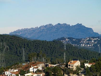 Montserrat vista des del carrer de Can Cartró