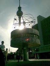 "Tugu ""Jam Dunia / Weltzeituhr "" di Alexanderplatz - Berlin"
