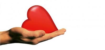 كيف تثبت لشخص أنك تحبه,يد تحمل قللب,hand hold heart