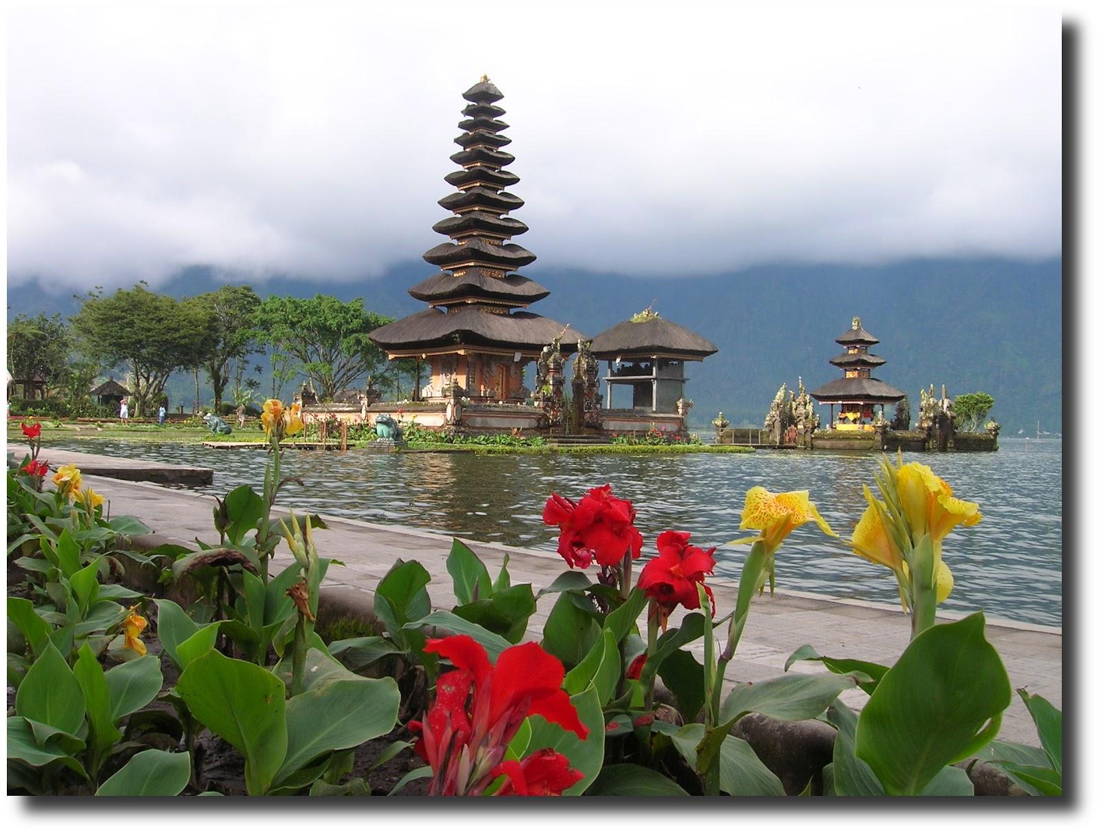 templo ulu danu, lago beratan, isla bali, indonesia, vuelta al mundo, round the world, La vuelta al mundo de Asun y Ricardo, mundoporlibre.com