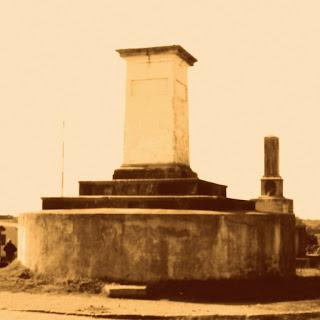 Marcos da Fronteira entre Brasil e Uruguai, em Aceguá, Rio Grande do Sul. Pequena torre retangular com friso esculpido nas quatro laterais, no topo.