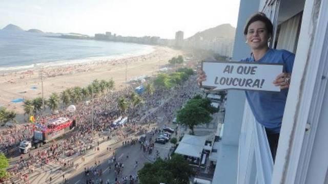 Narcisa Tamborindeguy encontrou seu jeitinho de participar da Parada do Orgulho LGBT, que aconteceu neste domingo, na Praia de Copacabana. A socialite postou nas redes sociais uma foto sua, na janela de seu apartamento, com vista para a Avenida Atlântica, com seu bordão mais conhecido. (Foto: Reprodução)