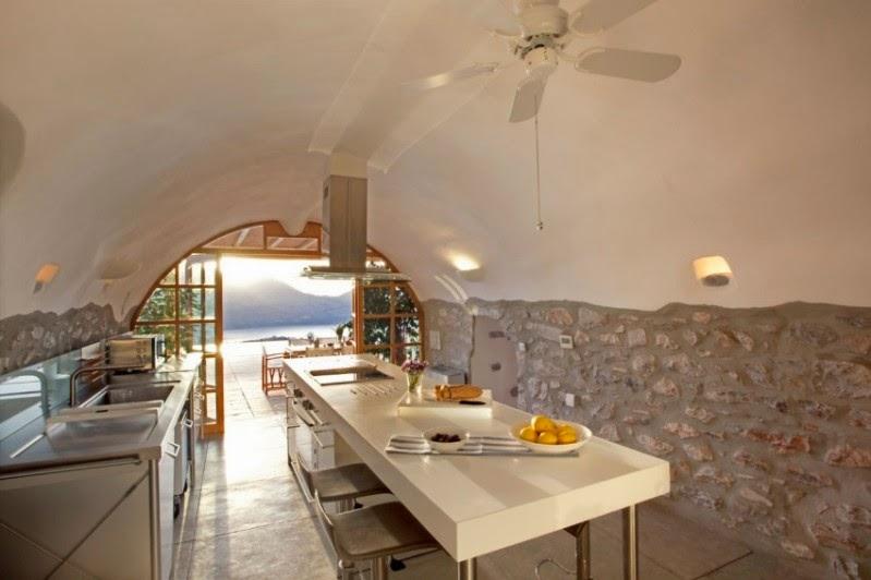 cocina con paredes de piedra encaladas