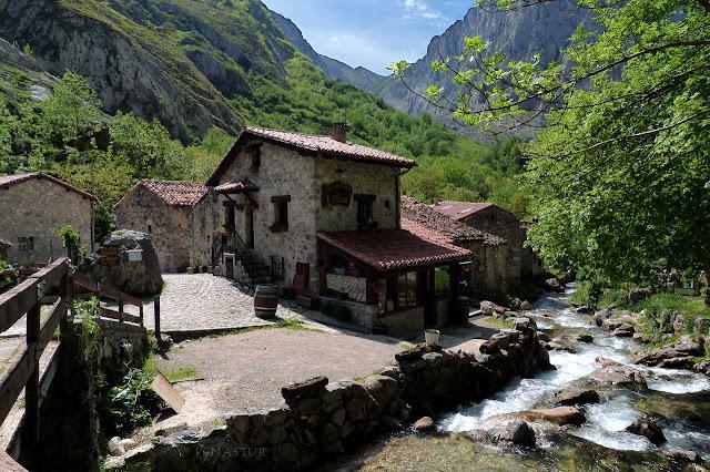 Pueblo de Bulnes con Canal de Amuesa al fondo - Asturias