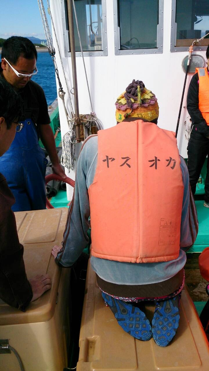 極限状態のボクはなぜか正座をしている ボクの背中だけになぜか「ヤスオカ」と書いてある 誰だよヤスオカって...キてます...