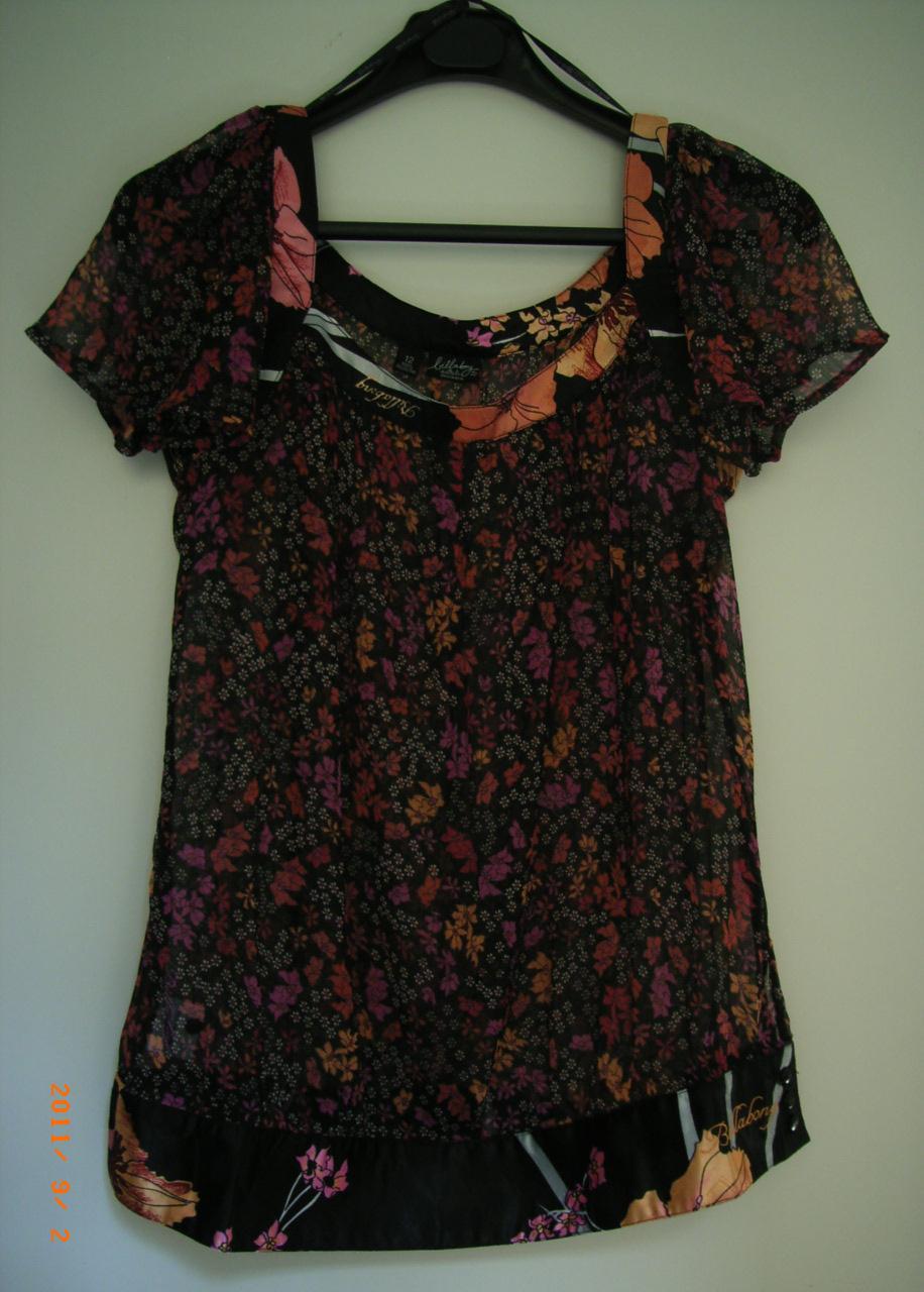 vetement discount dans vide dressing de Flora : BILLABONG - chemisier noir fleuri