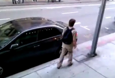 joven borracho se estrella contra un poste