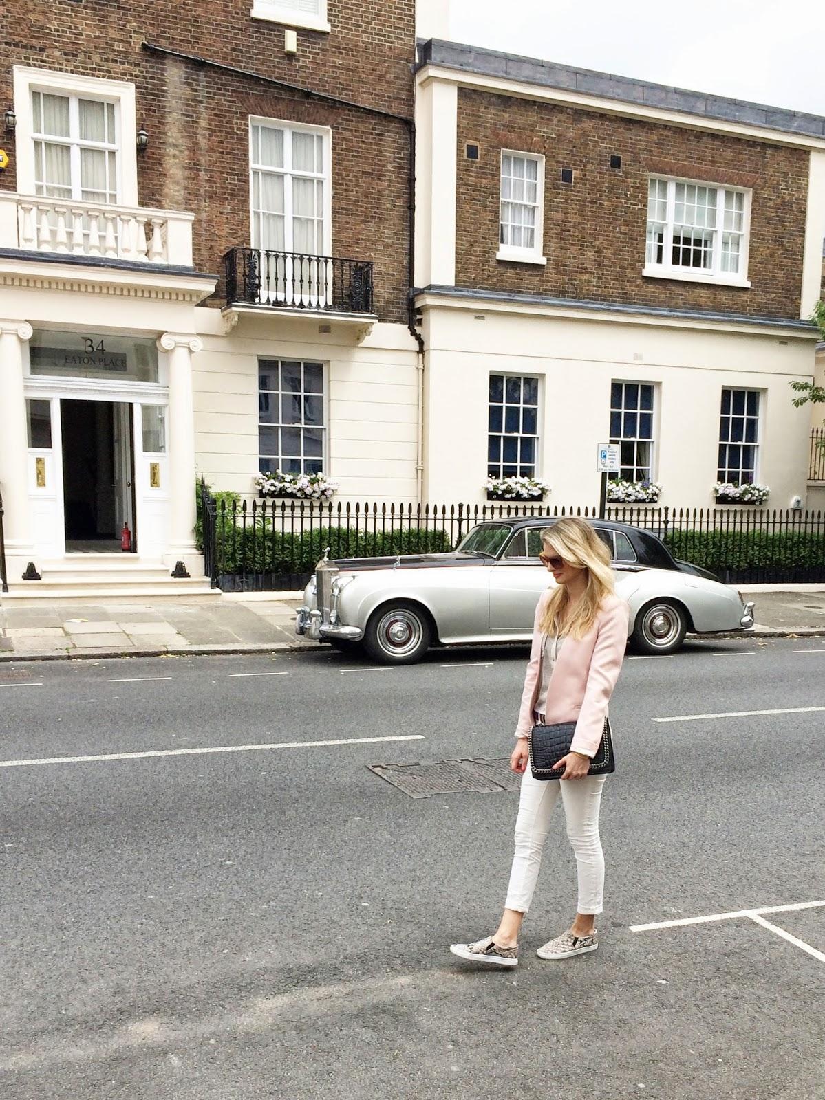 street style, london, london fashion blogger, white jeans, white skinny jeans, j brand jeans, j brand skinny jeans, slip ons, pink blazer, black bag, zara croco bag