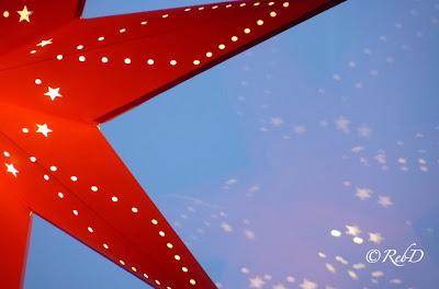 Adventsstjärna som reflekteras i fönsterruta. foto: Reb Dutius