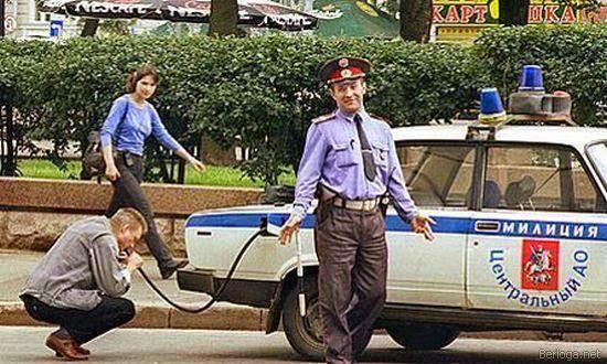 smešna slika: policajac dao čoveku da duva