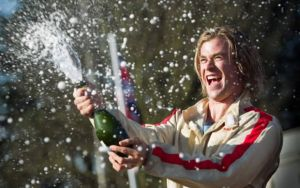 filme rush - no limite da emoção chris hemsworth champagne