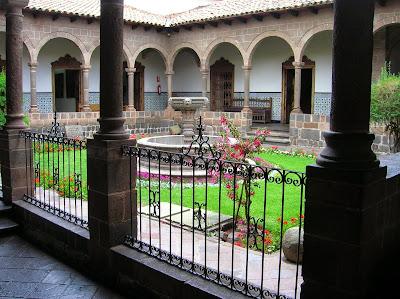 Claustro del Palacio Episcopal, Cusco, Perú, La vuelta al mundo de Asun y Ricardo, round the world, mundoporlibre.com