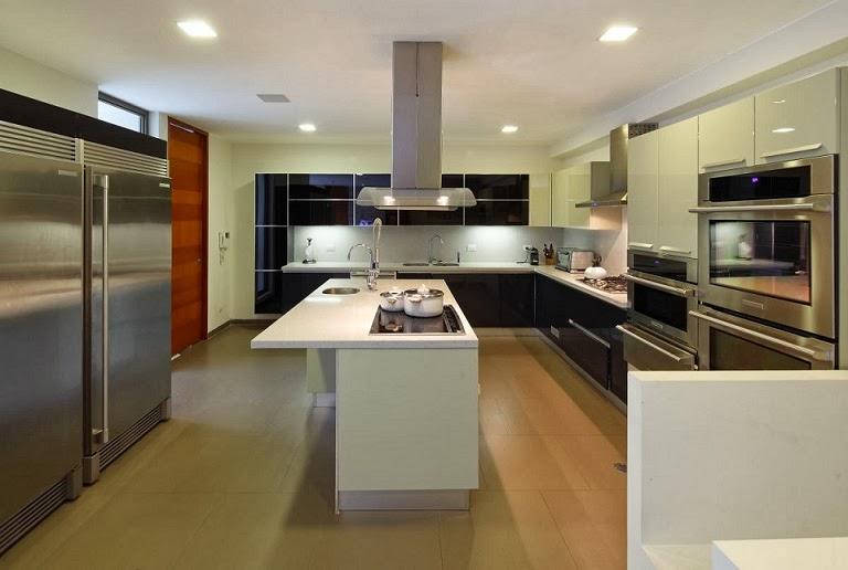 Casa con fachada moderna en la colina jose orrego en for Modelos de cocinas grandes y modernas