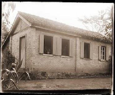 Esta casa situada à rua Tenente Paulo Maria Delage, no bairro Borboleta, Juiz de Fora, que na época
