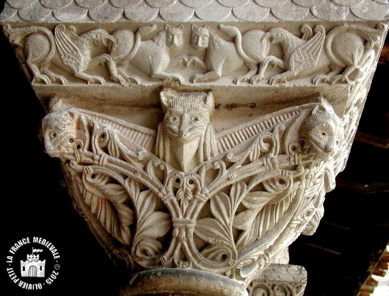 MOISSAC (82) - Le cloître roman : chapiteau à décor végétal, lions et griffons