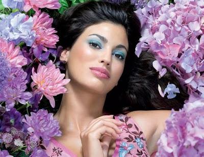 كيف تعرف أن البنت تحبك - بنت جميلة وسط الازهار والورود - girl - flowers