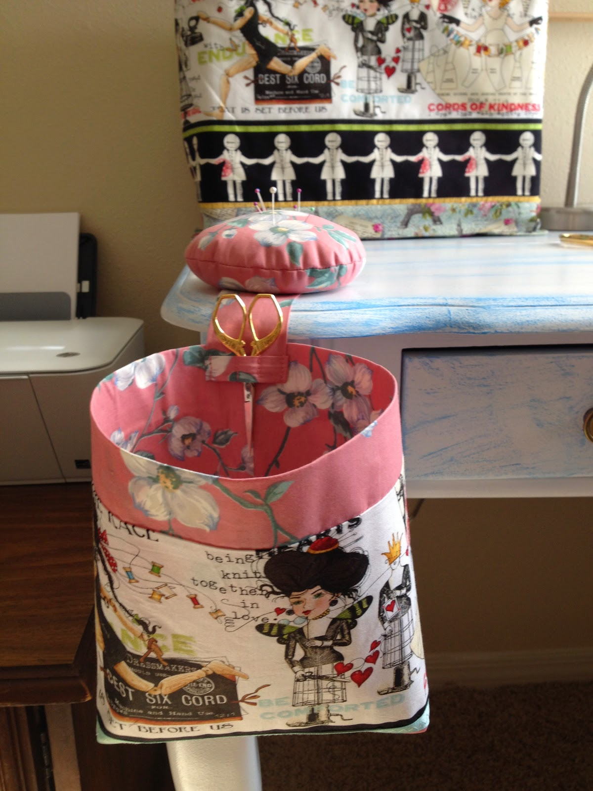 """Я продолжаю оформлять свою рукодельную комнату. Сшила чехол для швейной машины и игольницу, в комплекте с ведерком для мусора.   Для швейной машинки у меня есть сумка. Но так не удобно, из неё постоянно вытаскивать, и опять ставить  машину. К тому же, коты постоянно """"дерутся"""" из-за неё, решая вопрос силой: кому спать в сумке."""