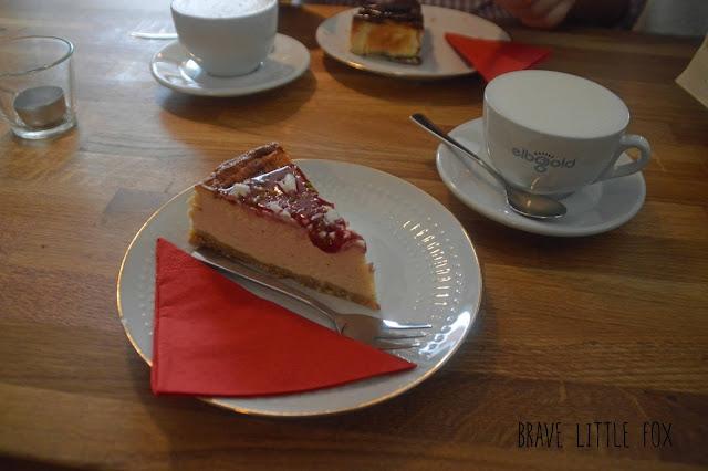 Käsekuchen mit Erdbeersoße Café Barista Flensburg