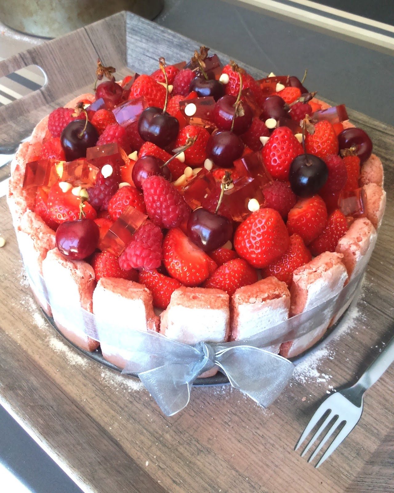 in my 39 s kitchen les g teaux d 39 anniversaire charlotte aux fraises rose et litchi. Black Bedroom Furniture Sets. Home Design Ideas