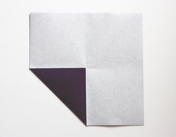 ... kertas, lipat ke empat sudut kertas kearah titik pusat kertas seperti
