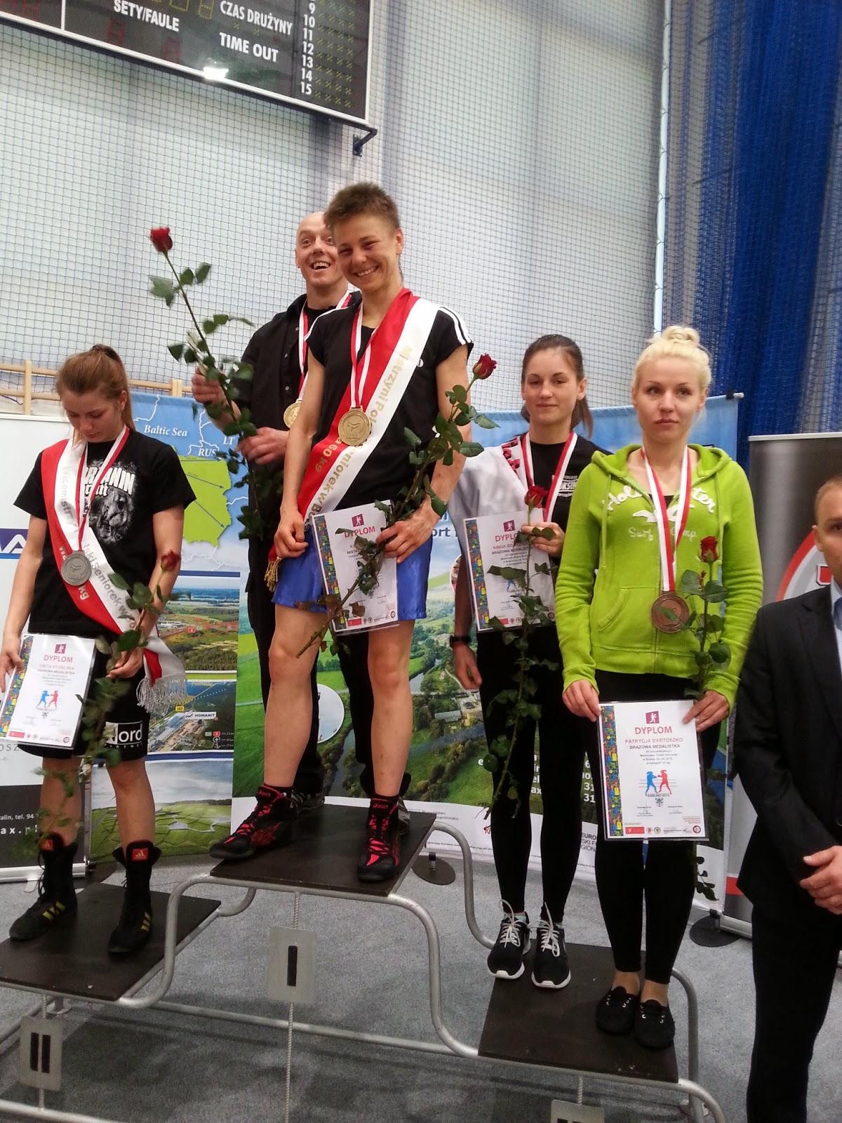 Dekoracja zawodniczek w kategorii wagowej do 60 kg kobiet - brązowy medal Kingi Szlachcic!