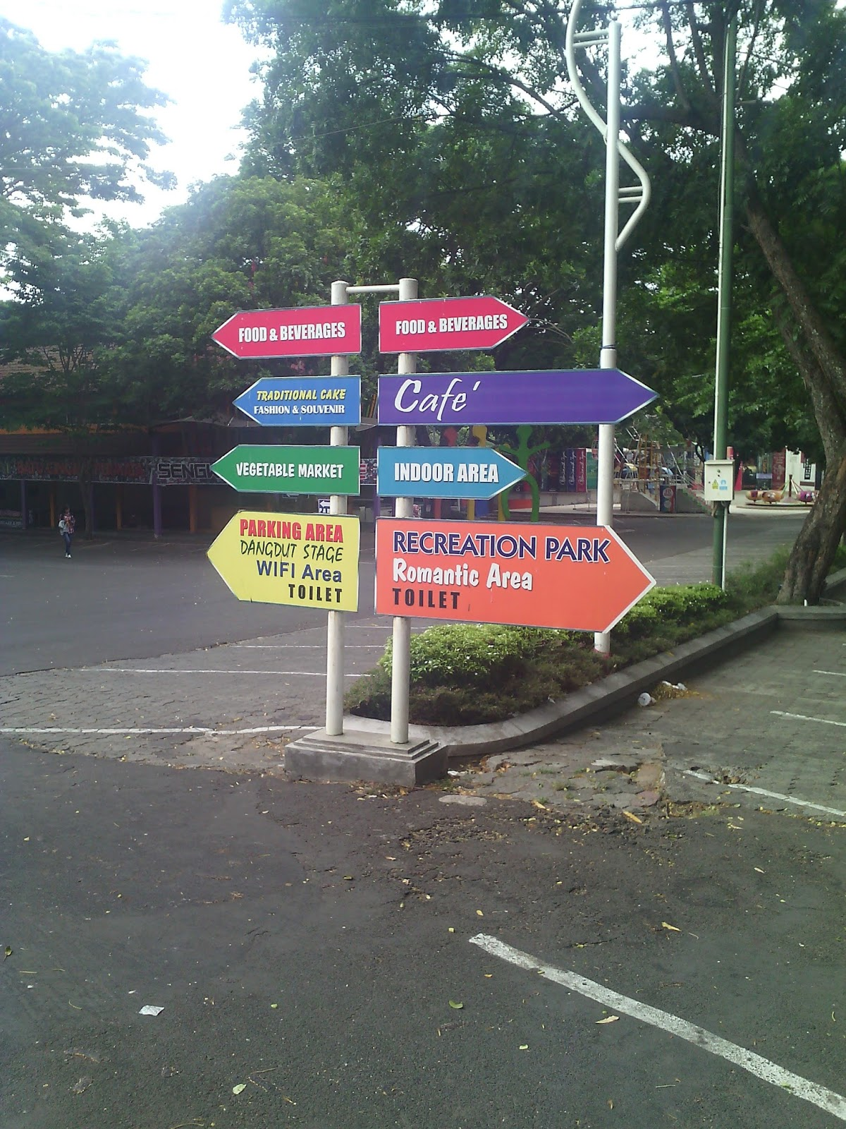 Harga tiket masuk ke Taman Rekreasi Sengkaling ini termasuk relatif murah dimana MASUK TAMAN REKREASI SENGKALING HTM perorangan Rp 25 000 pintu utama