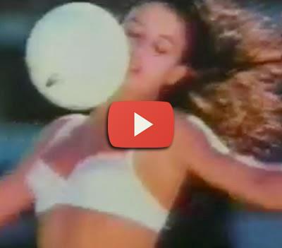 Propaganda da Calcinha DeMillus com mulheres jogando futebol em 1989