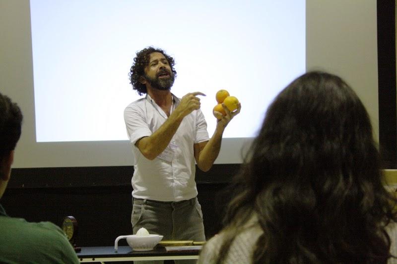 Ramón con unas naranjas en la mano que representa el Talento