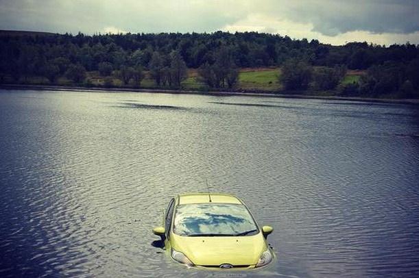 Bagaimana Bisa Mobil Ini Berada Di Tengah Danau