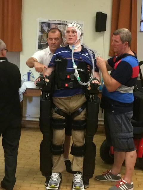 Rob Camm, Pria Lumpuh Pertama yang Bisa Berjalan Kembali dengan Menggunakan Robot