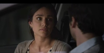 chica y su novio en un auto
