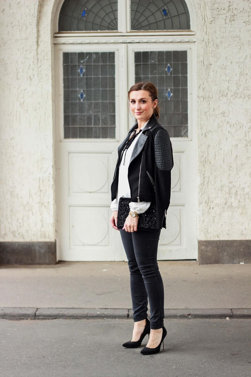 German Fashionblogger - Graues Oberteil - Graues T-shirt - Weiße Bluse - weiße Schluppenbluse - schwarze Lederjacke - My Colloseum
