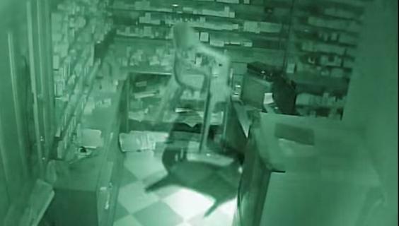 كاميرات المراقبة ترصد «شبحًا» داخل صيدلية مصرية.