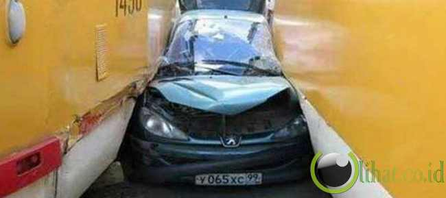 Peugeot 206 terjepit diantara dua bus