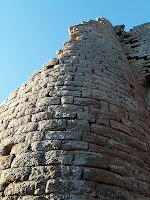 Detall de la torre d'angle del Castell del Brull