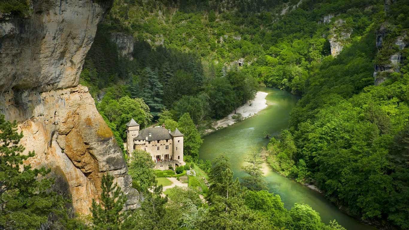 Château de la Caze, Laval-du-Tarn, Lozère, Languedoc-Roussillon, France (© Franck Charton/hemis.fr/Getty Images) 224