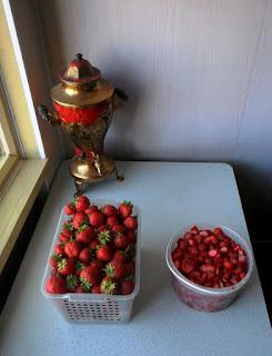 28.06. Кухонный уголок. Нашел на чердаке старый, но в рабочем состоянии самовар. Теперь он исправно кипятит мне чай.