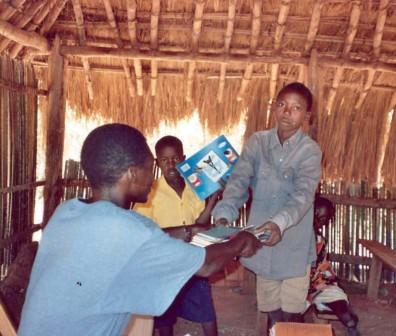 La distribuzione dei quaderni alla scuola di Nzara nel 2008