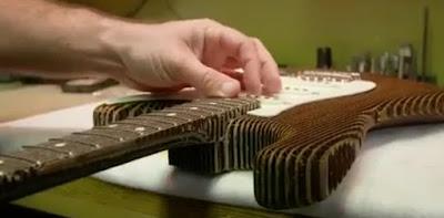 Fender Stratocaaster Berbahan Kardus