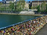 Membahayakan, Gembok Cinta Disingkirkan dari Jembatan