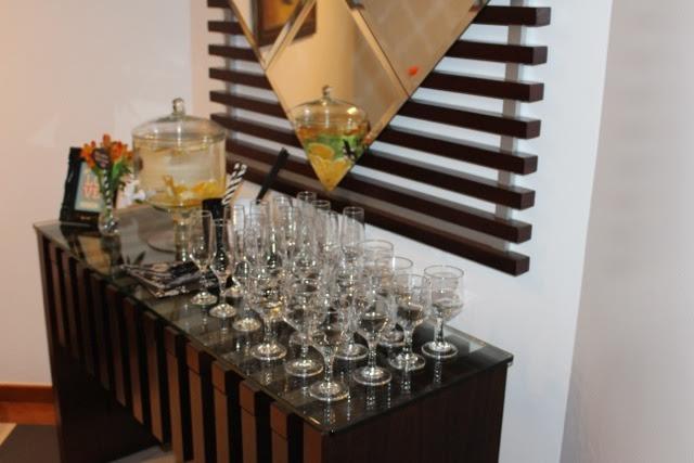 decoração, noivado, real, preto e branco, dourado, mesa do bolo, suqueira